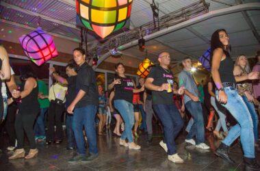 Noite do FlashBack leva mais de 800 pessoas ao Clube de Campo