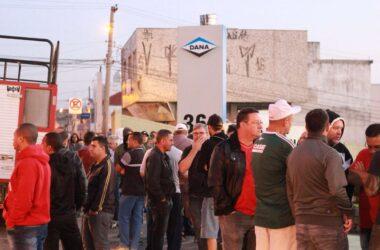 Demitidos da Sifco decidem continuar vigília na porta da empresa