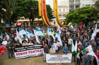 Greve Geral: ato reúne centenas na Praça da Matriz