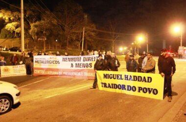 Trabalhadores e sindicalistas protestam contra a retirada de direitos
