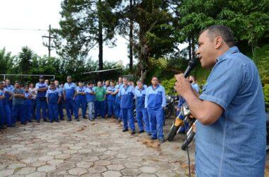 Trabalhadores da Alpino fazem protesto por melhorias nos benefícios