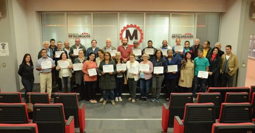 Escola do Metalúrgico: duas turmas do Curso Básico de Informática para aposentados recebem certificados