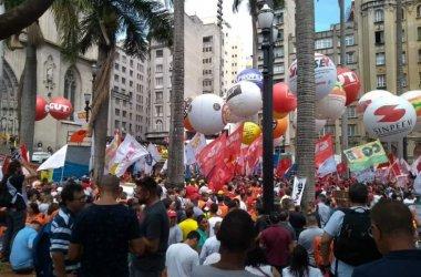 Trabalhadores ocupam Praça da Sé contra a reforma da Previdência